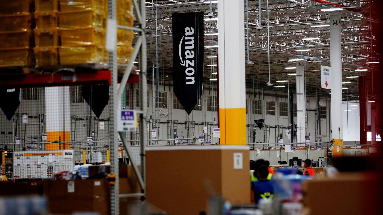 El logo de Amazon en uno de sus almacenes. (Reuters)