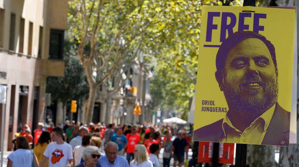 Foto: Manifestantes caminan junto a un cartel que pid ela libertad de Junqueras. (Reuters)