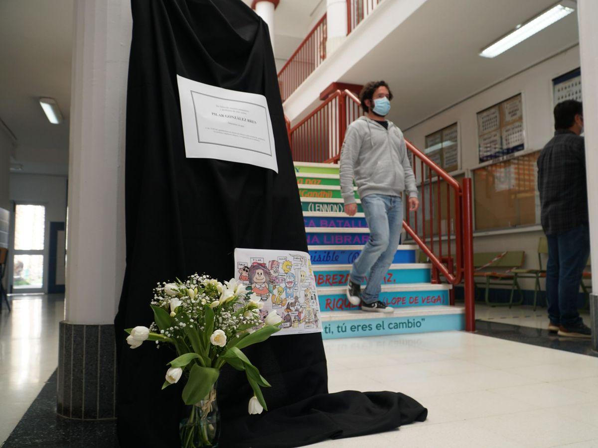 Foto: Los alumnos rinden homenaje a la profesora que falleció tras sufrir una hemorragia cerebral días después de recibir la vacuna de AstraZeneca. (EFE)