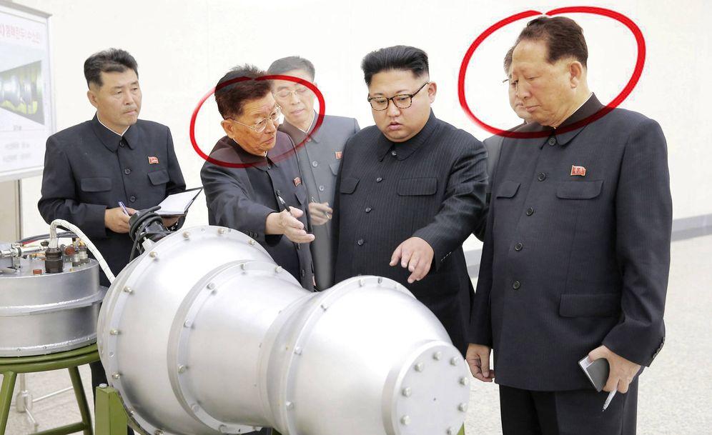 Foto: Ri Hong-sop (izquierda) y Hong Sung-mu (derecha) flanquean a Kim Jong-un en la reciente foto de propaganda sobre la bomba-H. (Reuters/E. Villarino)