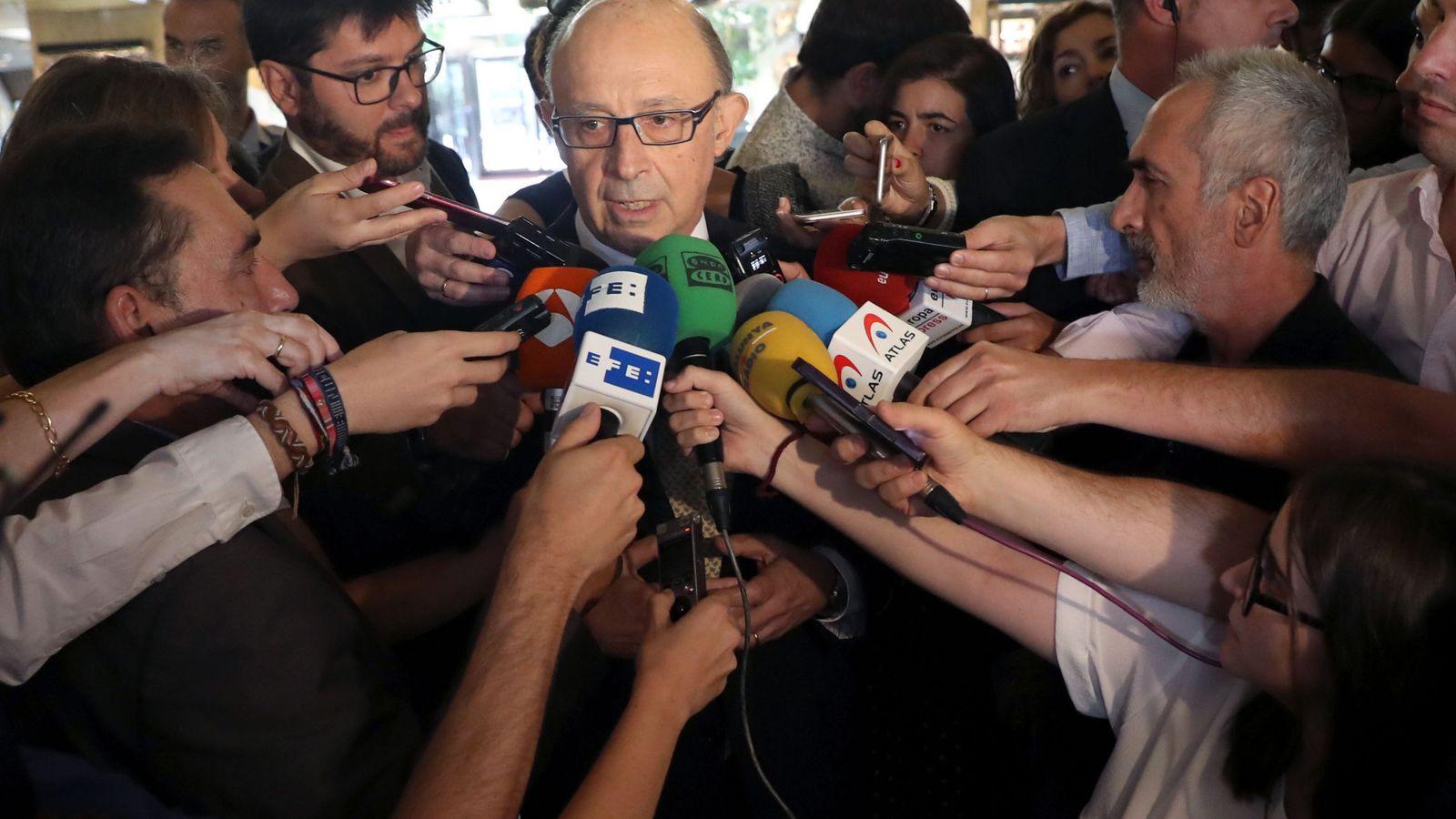 Foto: El ministro de Hacienda, Cristóbal Montoro, rodeado de periodistas en un acto en Madrid. (EFE)