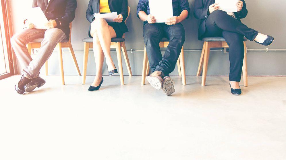 Foto: Un grupo de personas espera para una entrevista de trabajo. (iStock)