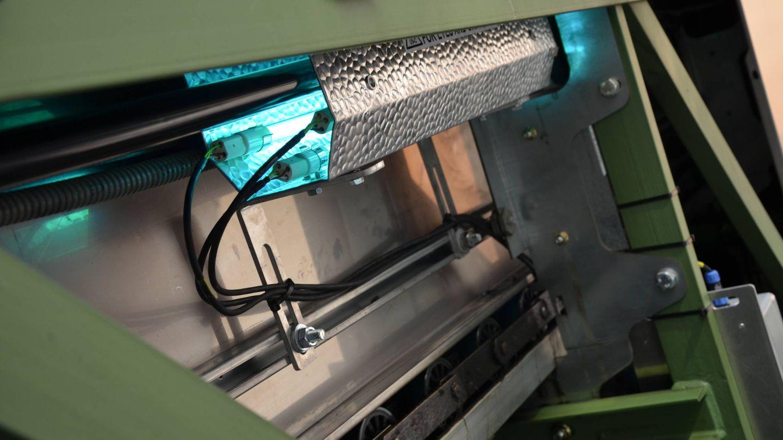 Lámpara de mercurio para desinfectar los pasamanos de las escaleras mecánicas. (E. S.)