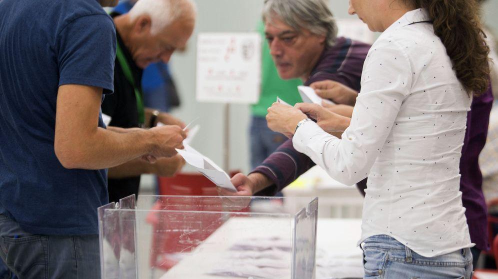 Foto: Recuento de votos al término de la jornada de las elecciones vascas en un colegio en el barrio Salburua, en Vitoria. (EFE)