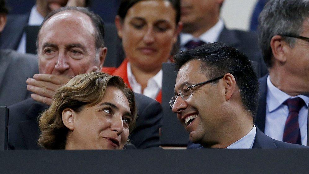 Foto: La alcaldesa de Barcelona, Ada Colau, y Josep Maria Bartomeu, presidente del Barça, en el Camp Nou. (EFE)