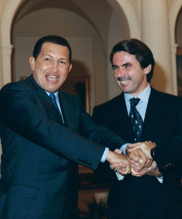 Foto: Saludo entre Chávez y Aznar en una imagen de archivo. (EFE)