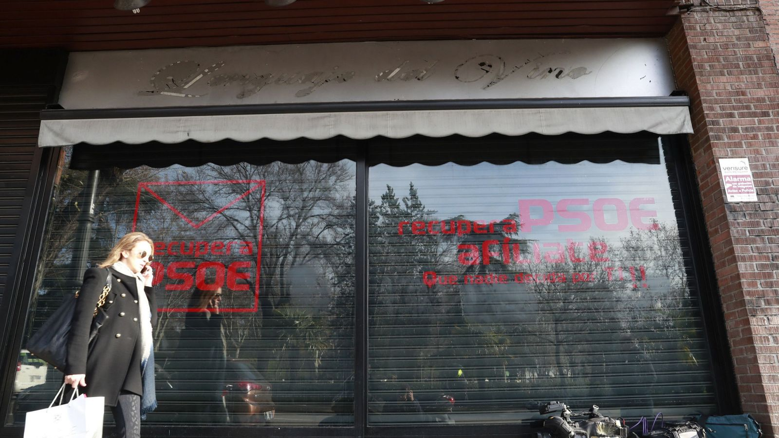 Foto: La sede alternativa montada por críticos del PSOE en la calle de Ferraz, 10, el pasado 3 de enero, cuando aún figuraba el nombre 'PSOE'. (EFE)