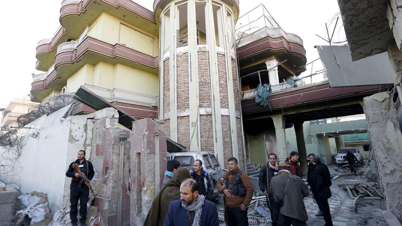 Foto: Personal de seguridad afgano hace guardia tras el ataque en Kabul. (Reuters)
