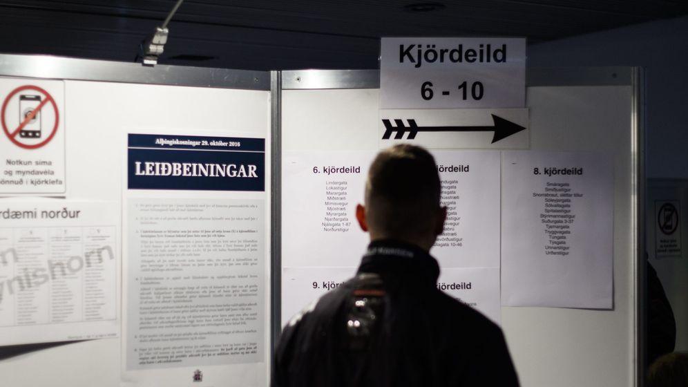 Foto: Un votante hace cola en un centro electoral en el ayuntamiento de Reikiavik (EFE)