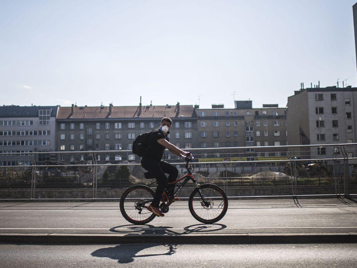 Foto: Un ciclista circula por Viena el pasado 20 de marzo (Reuters)