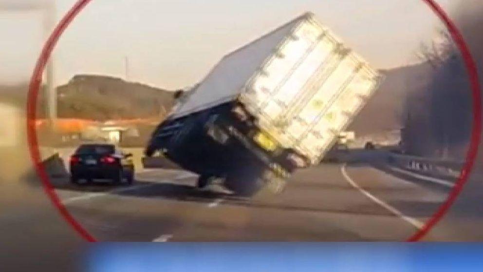 Increíble maniobra de un camionero para evitar volcar en Corea del Sur