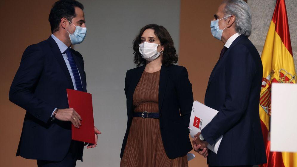 Foto: La presidenta madrileña, Isabel Díaz Ayuso, el vicepresidente, Ignacio Aguado (izda), y el consejero de Sanidad, Enrique Ruiz Escudero. (EFE)