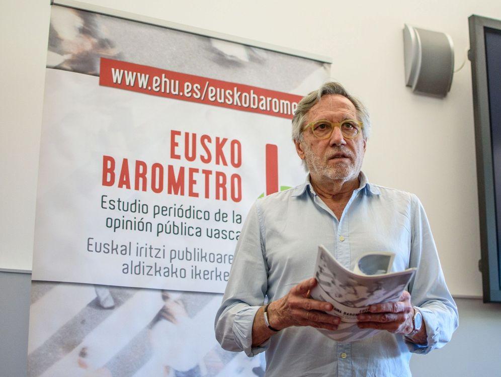 Foto: Francisco Llera, el pasado año, durante la presentación de uno de los informes del Euskobarómetro. (EFE)
