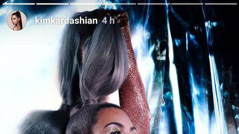 Kim Kardashian pinta su cuerpo desnudo de luz y color para vender sus cosméticos KKW