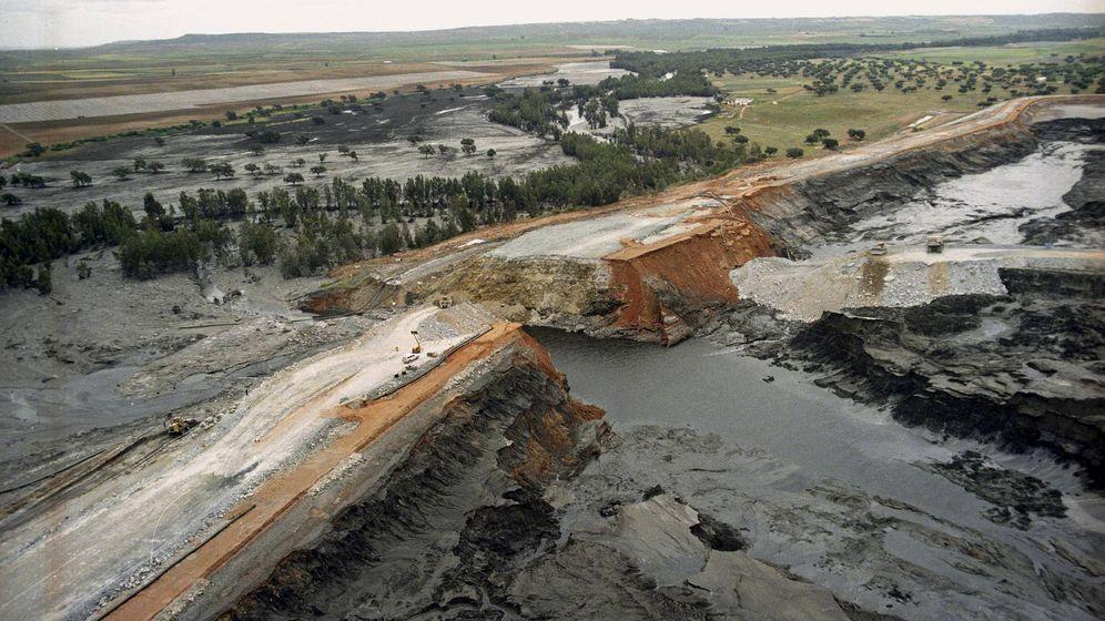 Foto: Fotografía de archivo (26/04/1998) de una vista aérea de la rotura del muro de contención de la presa de decantación de minerales de las Minas de Aznalcóllar. (EFE)