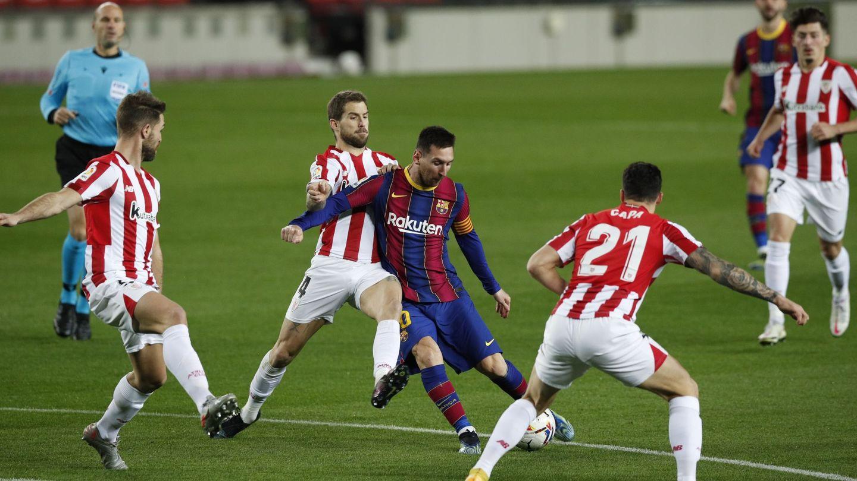 Messi, rodeado de defensas, contra el Athletic. (Reuters)