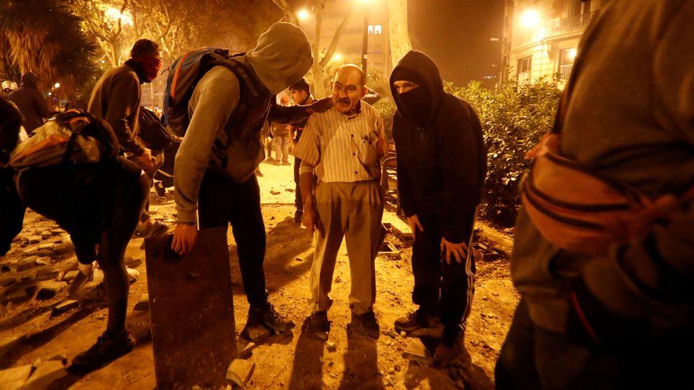 El abuelo del limpiaparabrisas, la imagen más icónica de los disturbios en Barcelona
