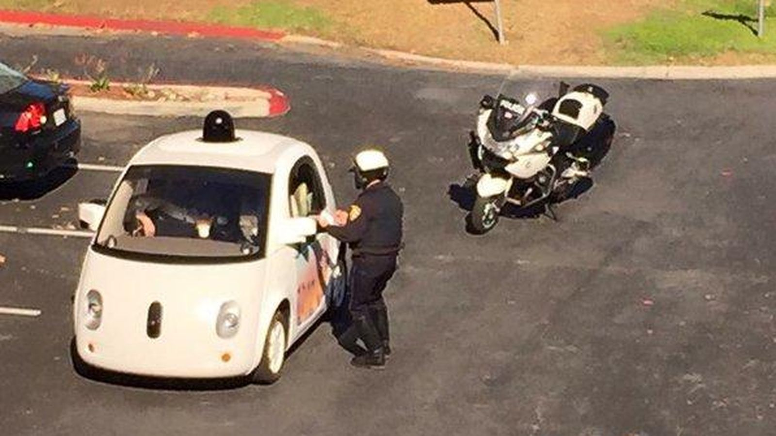 Foto: El vehículo de Google, 'cazado' por la policía. (Zandr Milewski)