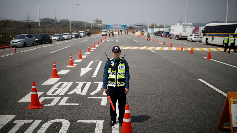 Un policía en un control en el Gran Puente de Unificación, que conduce al lugar donde se celebrará la cumbre, el 26 de abril de 2018. (Reuters)