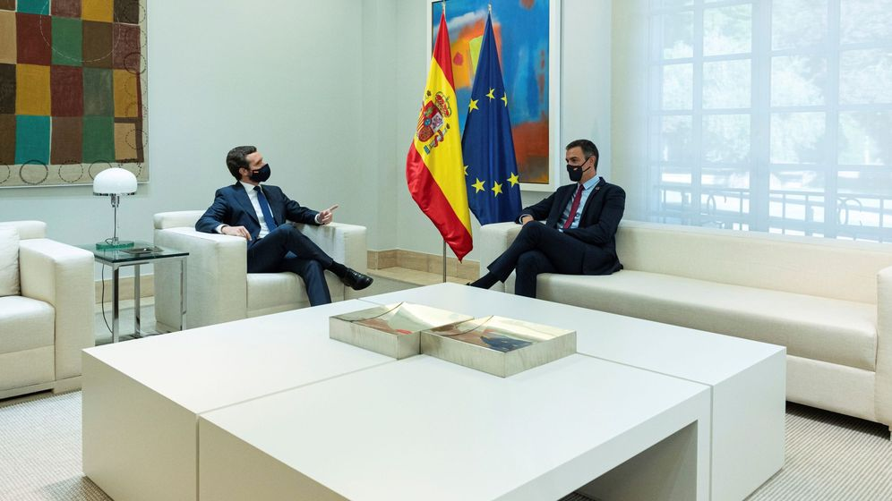 Foto: El presidente del Gobierno, Pedro Sánchez (d), durante su encuentro con el líder del PP, Pablo Casado (i), en la Moncloa el 2 de septiembre. (EFE)