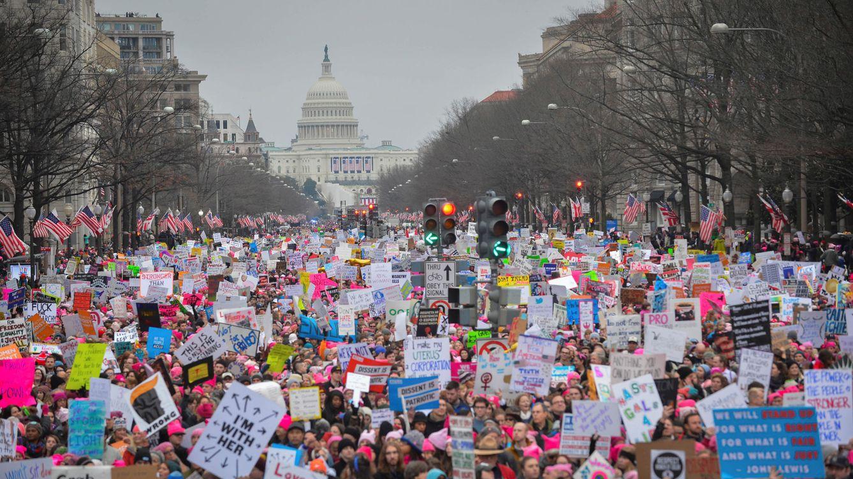 Foto: Cientos de miles de personas recorren las calles de Washington por los derechos de las mujeres. (Reuters)