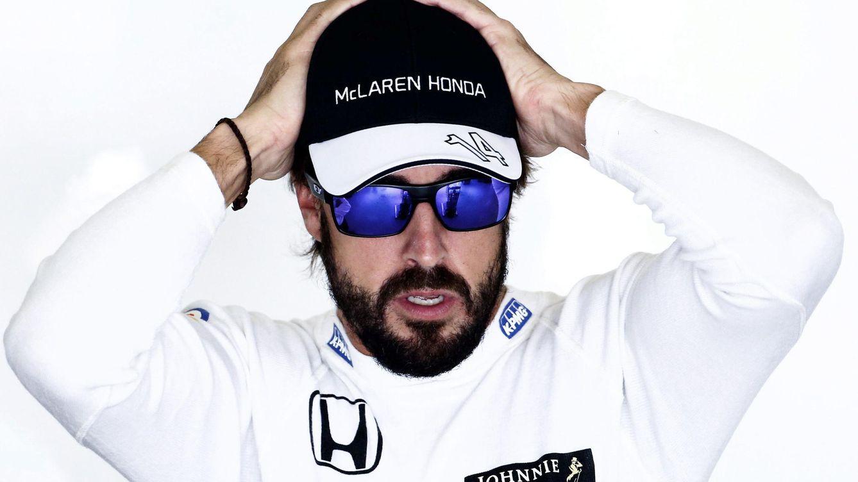 Foto: Fernando Alonso en el garaje (Efe)
