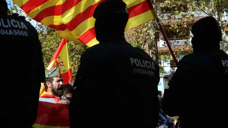 Los Mossos d'Esquadra controlan una manifestación bajo el lema 'La Cataluña leal a España'. (EFE)
