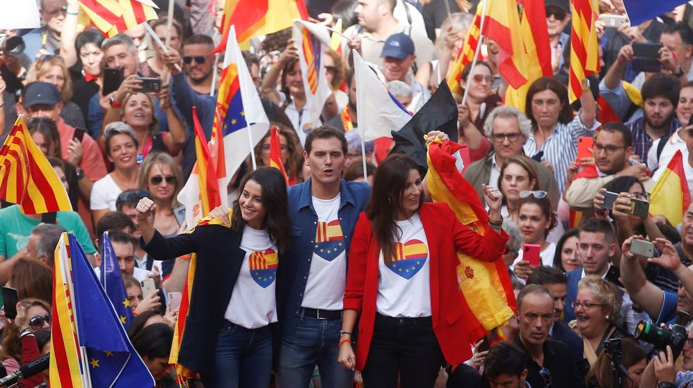 Foto: El presidente de Cs, Albert Rivera (c), junto a la portavoz parlamentaria, Inés Arrimadas (i), y la portavoz en el Parlament, Lorena Roldán (d). (EFE)