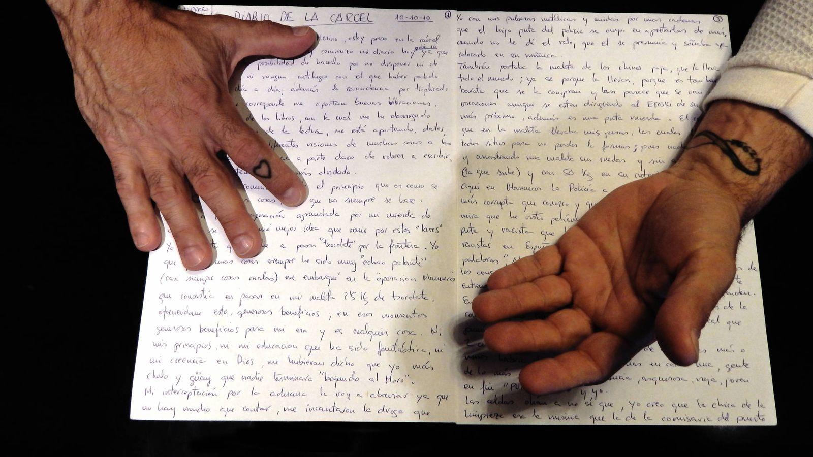 Foto: La manos de Eduardo A., vizcaíno de 47 años, sobre su diario. (Martín Ibarrola)