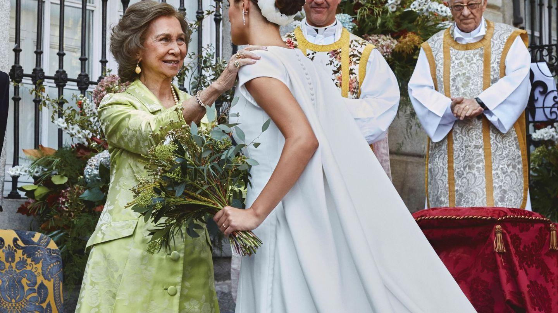 Sofía Palazuelo saluda a la reina Sofía a su llegada al altar en los jardines del palacio de Liria. (EFE)
