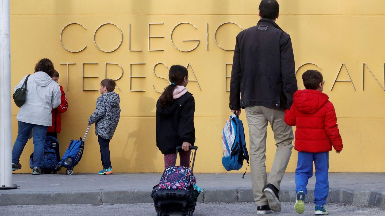 Los padres acompañan a sus hijos al colegio, este martes en Madrid, donde el Gobierno de la Comunidad ha decretado la suspensión de toda la actividad educativa durante 15 días a partir del 11 de marzo. (EFE)