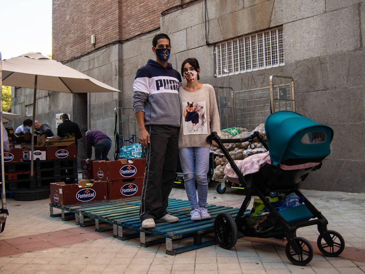 Foto: Javier y Brenda esperando para recoger sus alimentos en una organización de Tetuán. (Carmen Castellón)