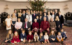 La familia real danesa posa al completo bajo el árbol de Navidad
