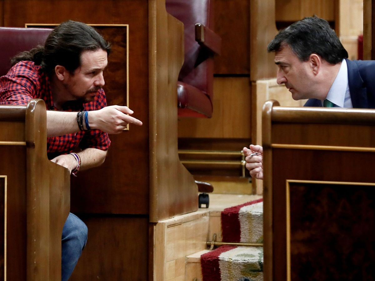 Foto: El vicepresidente segundo del Gobierno, Pablo Iglesias (i), y el portavoz del PNV, Aitor Esteban (d), en una foto de archivo durante el último debate de Presupuestos. (EFE)
