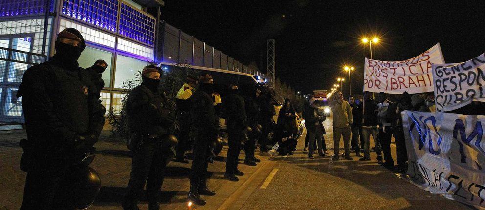 Manifestación ante el CIE de Zona Franca (Barcelona) tras la muerte de un interno, en 2012. (Efe)