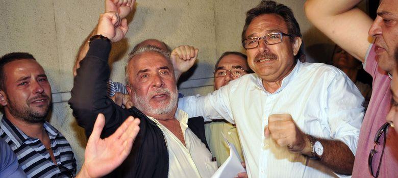 Foto: El secretario general de UGT de Cádiz, Salvador Mera (2-d), y el exsecretario de Desarrollo Industrial de CCOO en Andalucía, Roberto Carmona. (EFE)