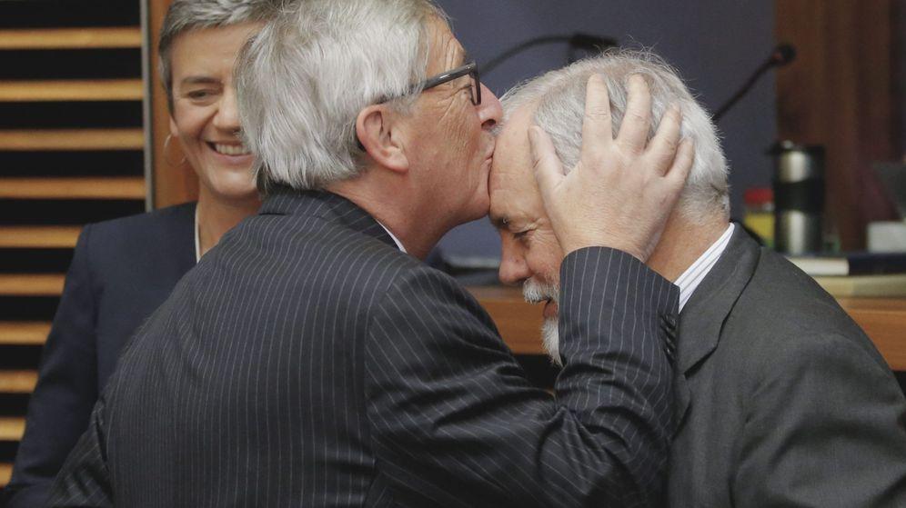 Foto: El presidente de la CE, Jean-Claude Juncker (i), besa en la frente al comisario de Acción por el Clima y Energía, el español Miguel Arias Cañete. Detrás sonríe la comisaria de Competencia, Margrethe Vestager. (EFE)