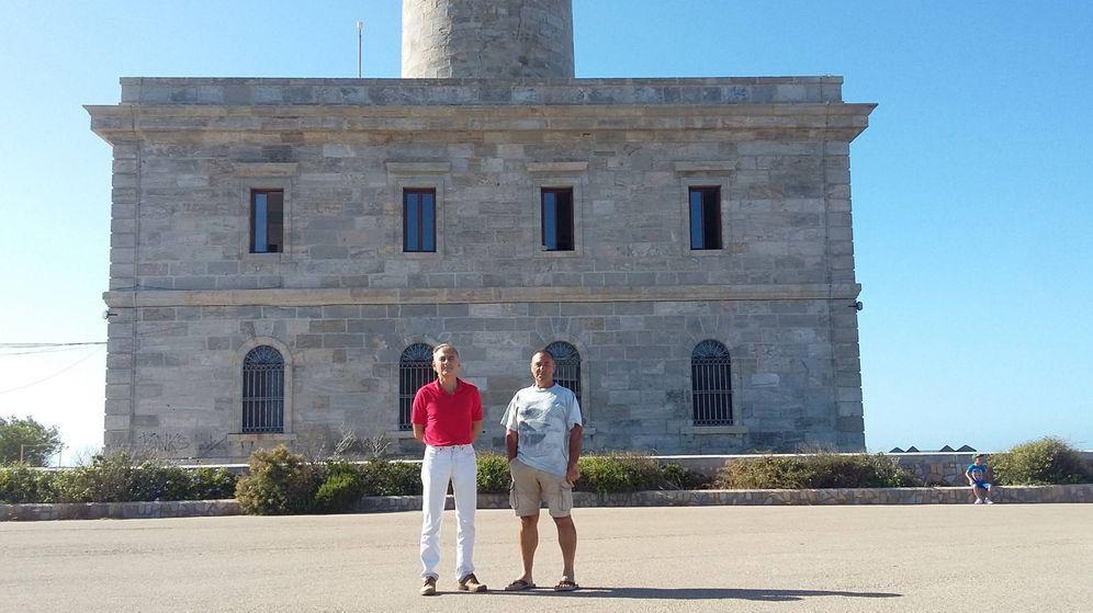 Foto: Javier Argul y Jesús Álvarez, dos de los fareros de Cabo de Palos, ante la instalación. (R. M.)