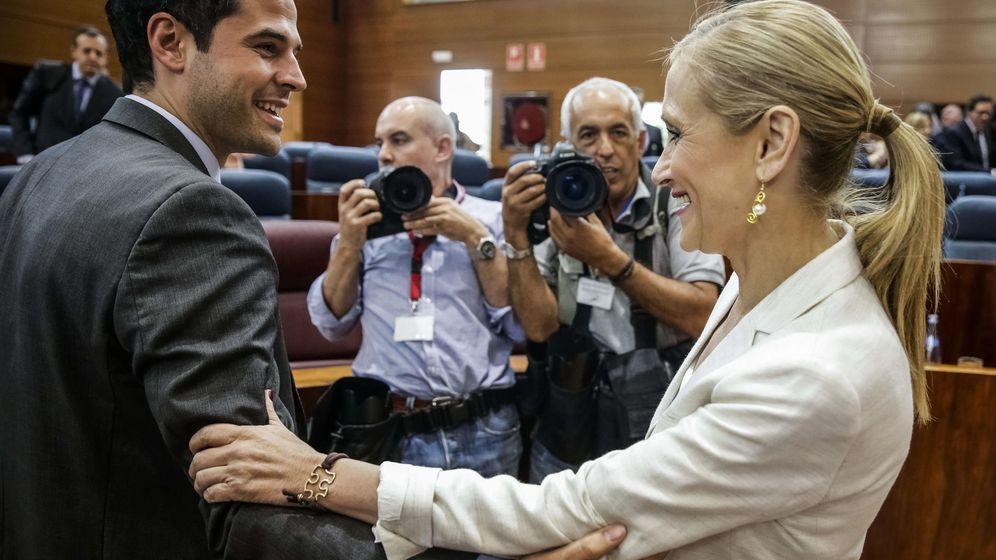 Foto: La presidenta de la Comunidad de Madrid, Cristina Cifuentes, y el portavoz de Ciudadanos, Ignacio Aguado, el día de la investidura. (Efe)