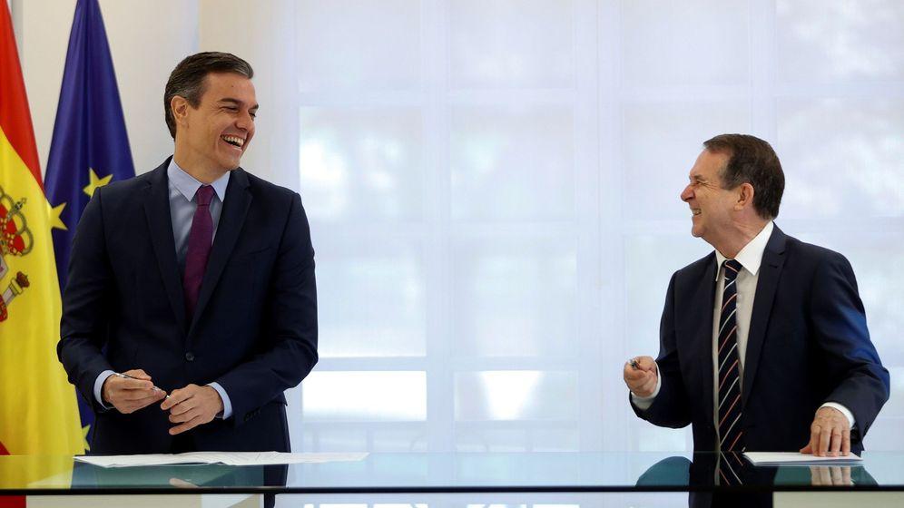 Foto: El presidente del Gobierno, Pedro Sánchez, y el presidente FEMP, Abel Caballero, durante la firma del acuerdo. (EFE)