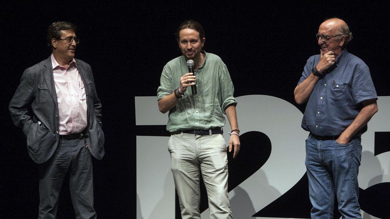 Iglesias (c) junto a Jaume Roures (d) y el periodista Carlos Enrique Bayo (i), en 2017. (EFE)