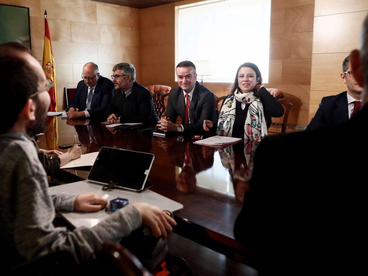 Foto: Las delegaciones de PSOE y Unidas Podemos durante una reunión de la comisión de coordinación en el Congreso celebrada el pasado mes de febrero. (EFE)