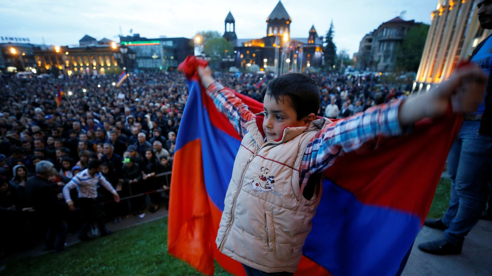 Foto: Un niño sostiene una bandera armenia durante un mitin de la oposición en Gyumri, la segunda ciudad del país, el 27 de abril de 2018. (Reuters)