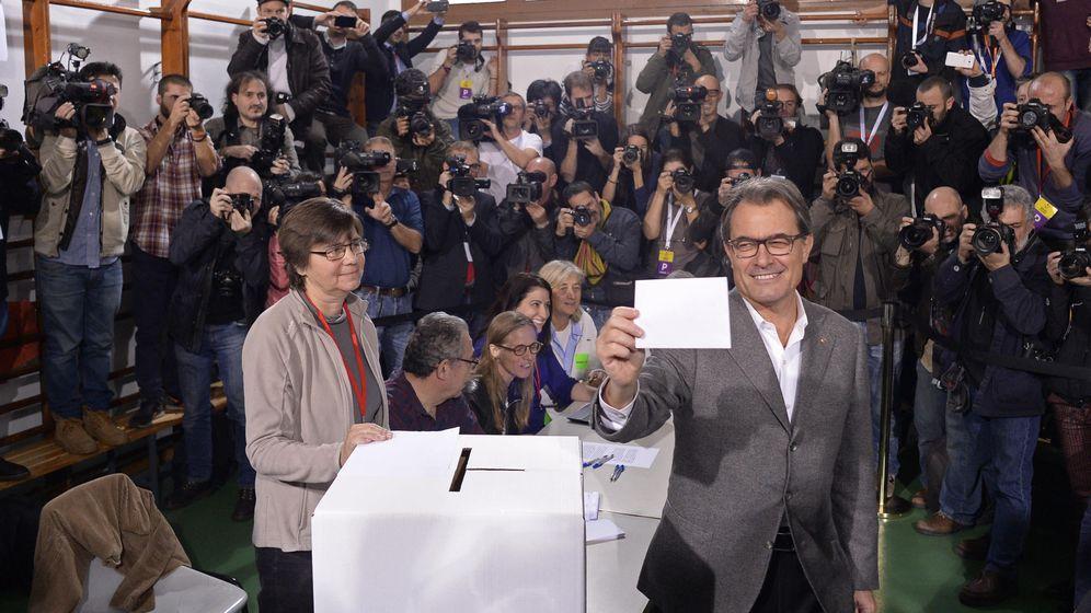 Foto: Artur mas votando en la consulta soberanista. (Foto: AP//Manu Fernández)