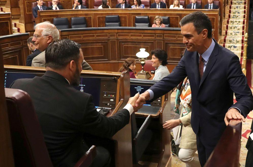 Foto: Abascal y Sánchez en las cortes (EFE)