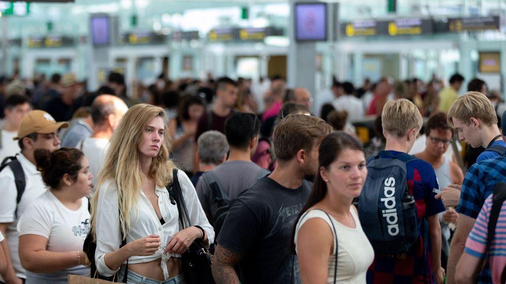 Foto: Imagen de las colas en la primera jornada de huelga en el aeropuerto de El Prat. (EFE)