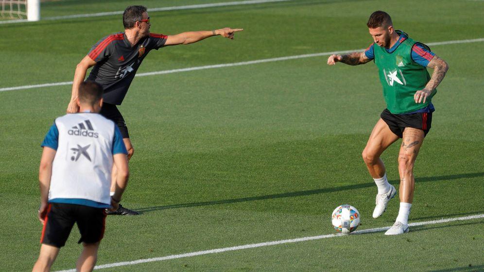 Foto: Luis Enrique, en el entrenamiento con Ramos. (EFE)