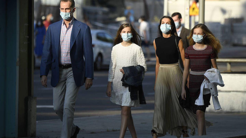Los reyes y sus hijas, caminando por la calle hacia el teatro. (Limited Pictures)