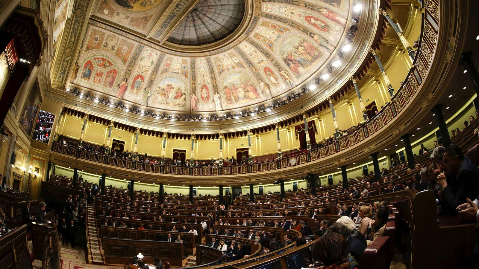 Foto: Momento de las votaciones al finalizar las intervenciones en la segunda jornada del debate de investidura del secretario general del PSOE, Pedro Sánchez. (EFE)