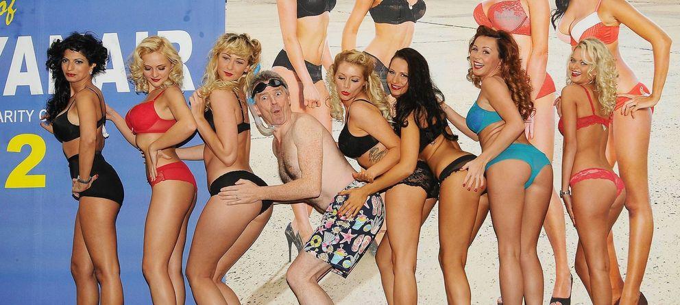 Foto: El director de Ryanair, Michael O'Leary, junto a sus azafatas durante la presentación de uno de los calendario de Ryanair.